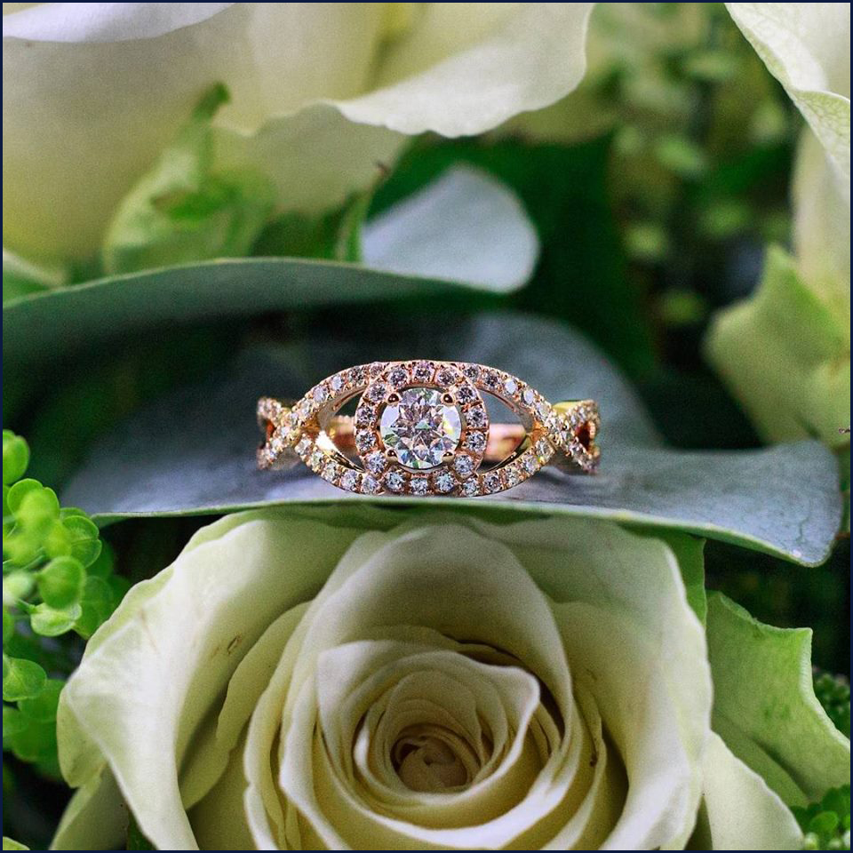 Bague en Or Rose 18K sertie dun diamant taille brillant 0,31Ct taille brillant D-Si2 (GIA) et de diamants taille brillant