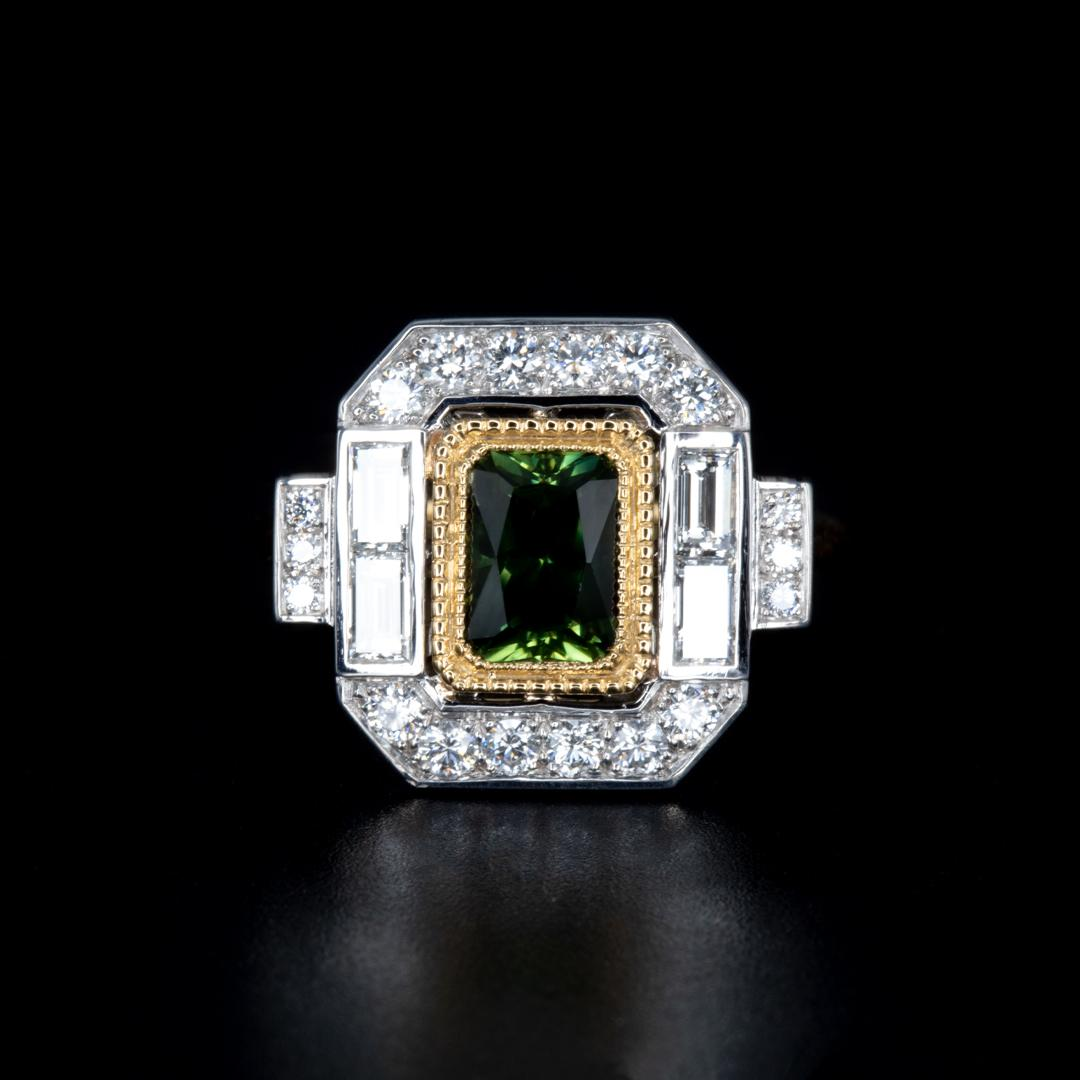 Bague art deco sertie d'un saphir vert, de diamants baguettes et de diamants de pavage (Ref 157)
