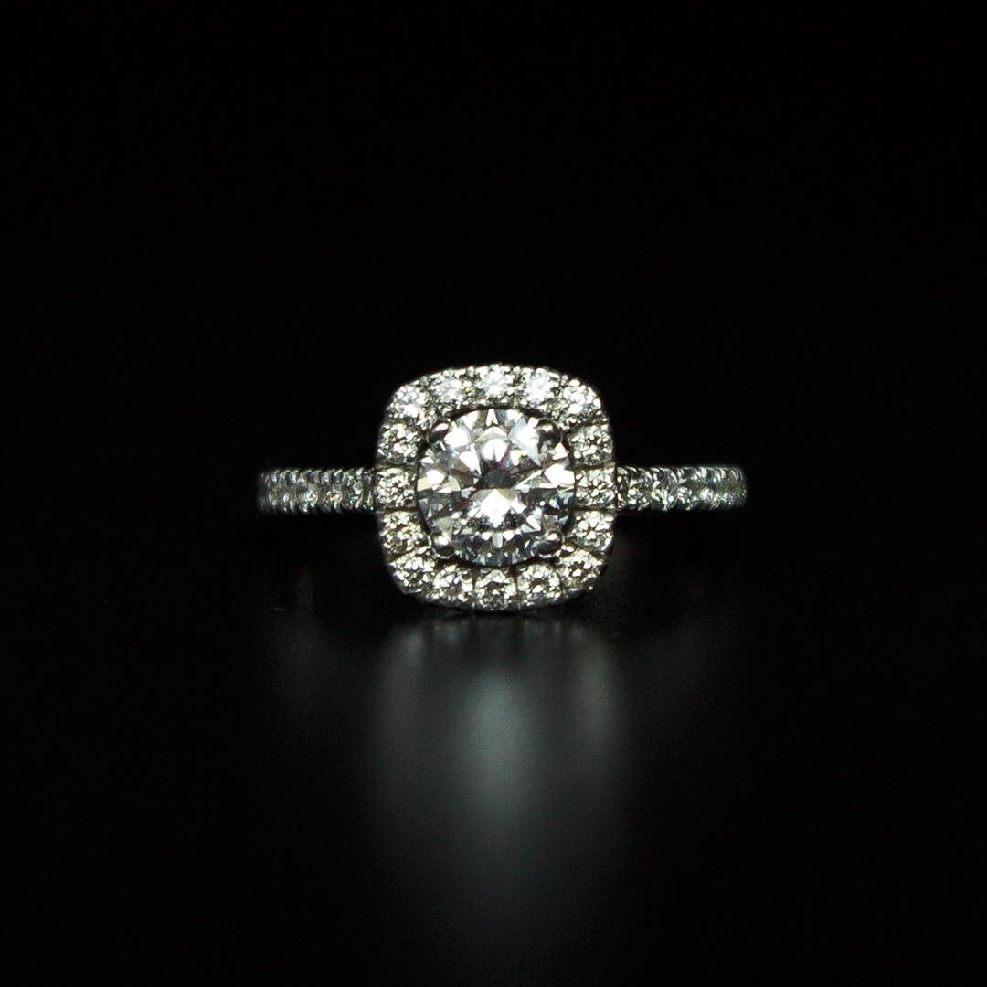 Bague en Or Blanc 18K sertie d'un diamant taille brillant 0.70Ct D-SI2 (CGL) et de diamants taille brillant