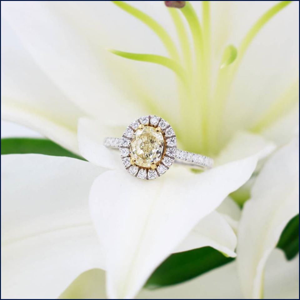 Bague en Or Blanc 18K sertie d'un diamant fancy yellow 1,18Ct et de diamants de pavage