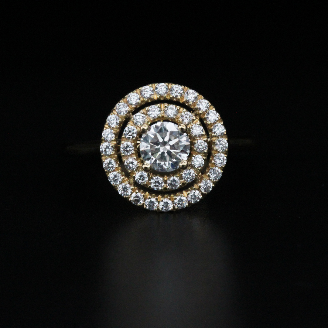 Bague en or jaune sertie d'un diamant de 0,51Ct G-Si2 et d'un double entourage de diamants
