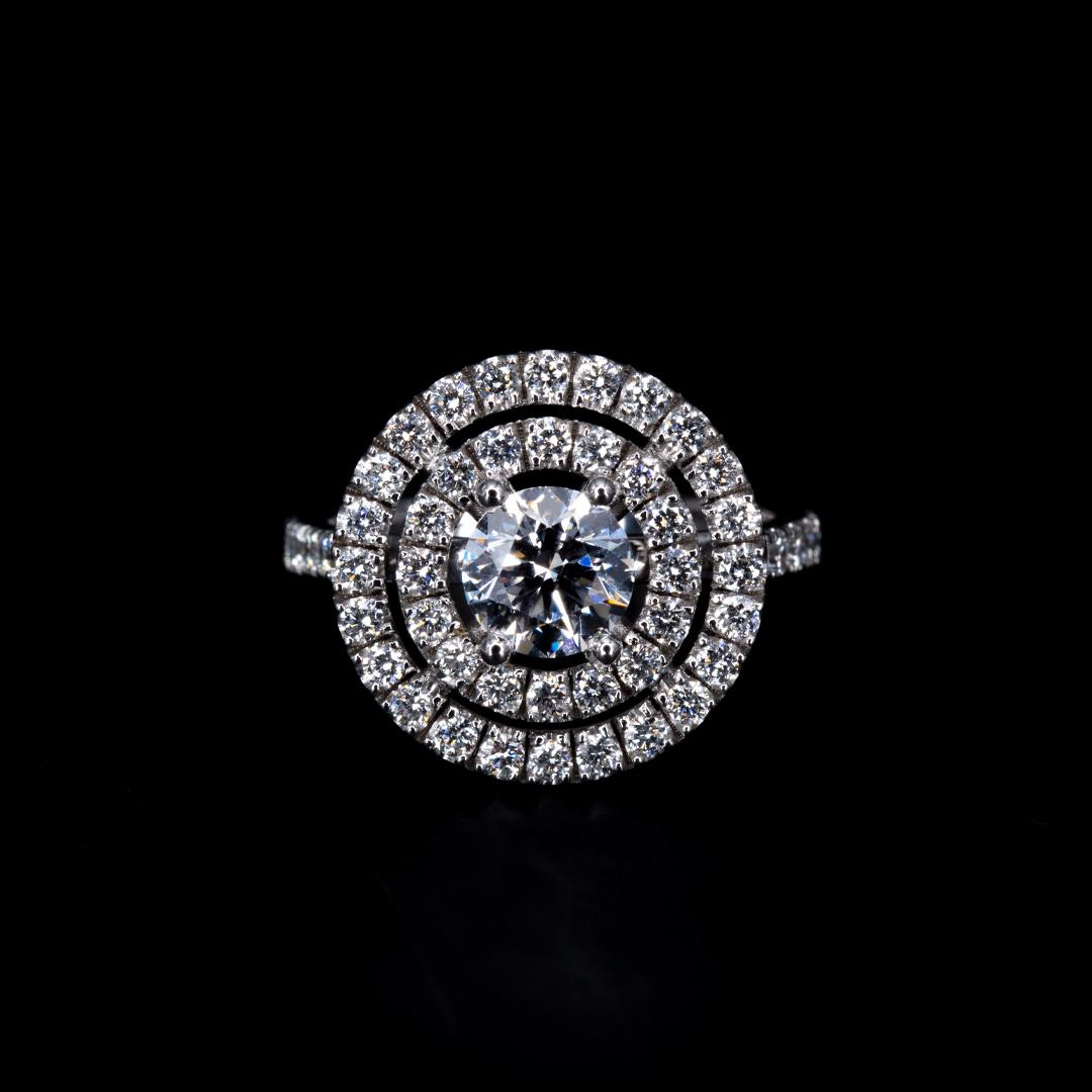 Bague double entourage en or blanc 18k sertie d'un diamant taille brillant et de diamants de pavage