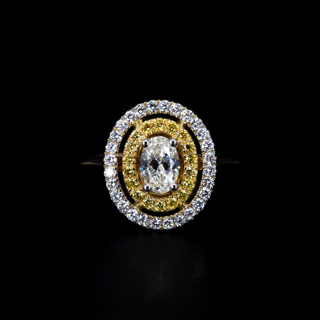 Bague double entourage sertie d'un diamant taille ovale, de diamants jaunes et de diamants blancs