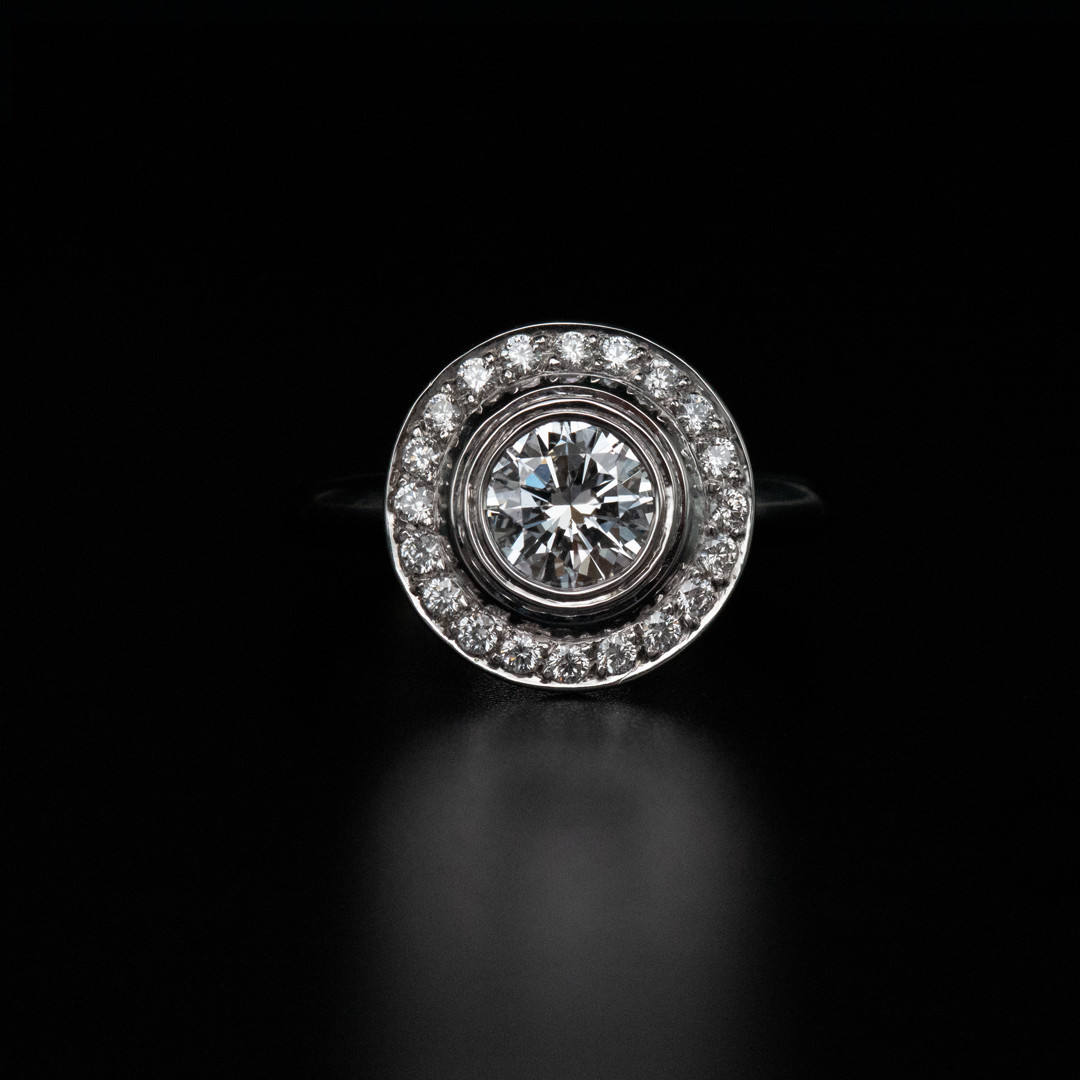 Bague en or blanc 18k sertie d un diamant taille brillant de 0 59ct d vs1 hrd et d un entourage de diamants