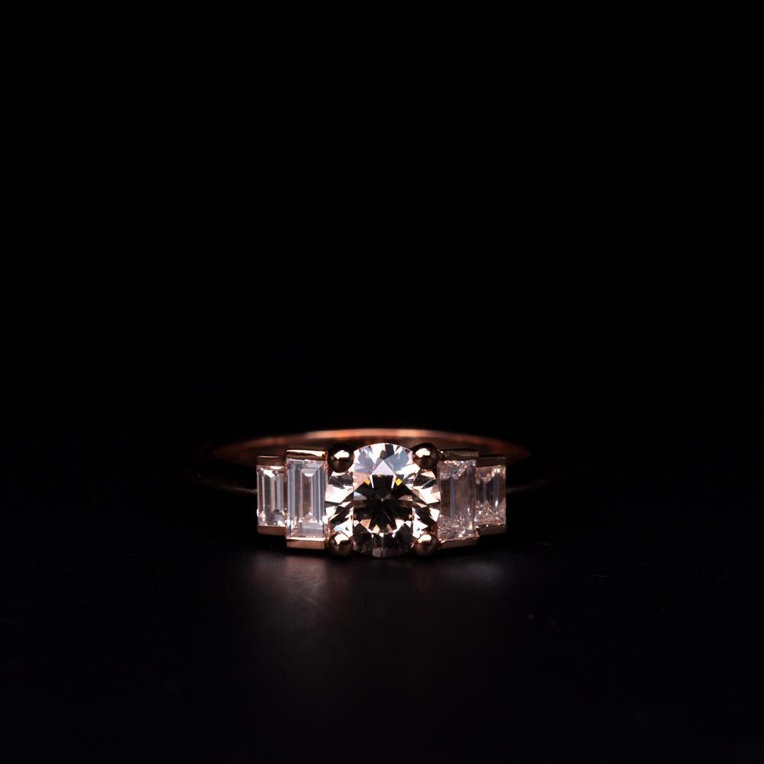 Bague en or rose sertie d'un diamant brun et de diamants baguettes (Ref 500338)