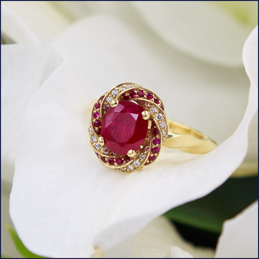Bague en Or Jaune 18K sertie d'un rubis d'1,99Ct et de diamants et rubis de pavage
