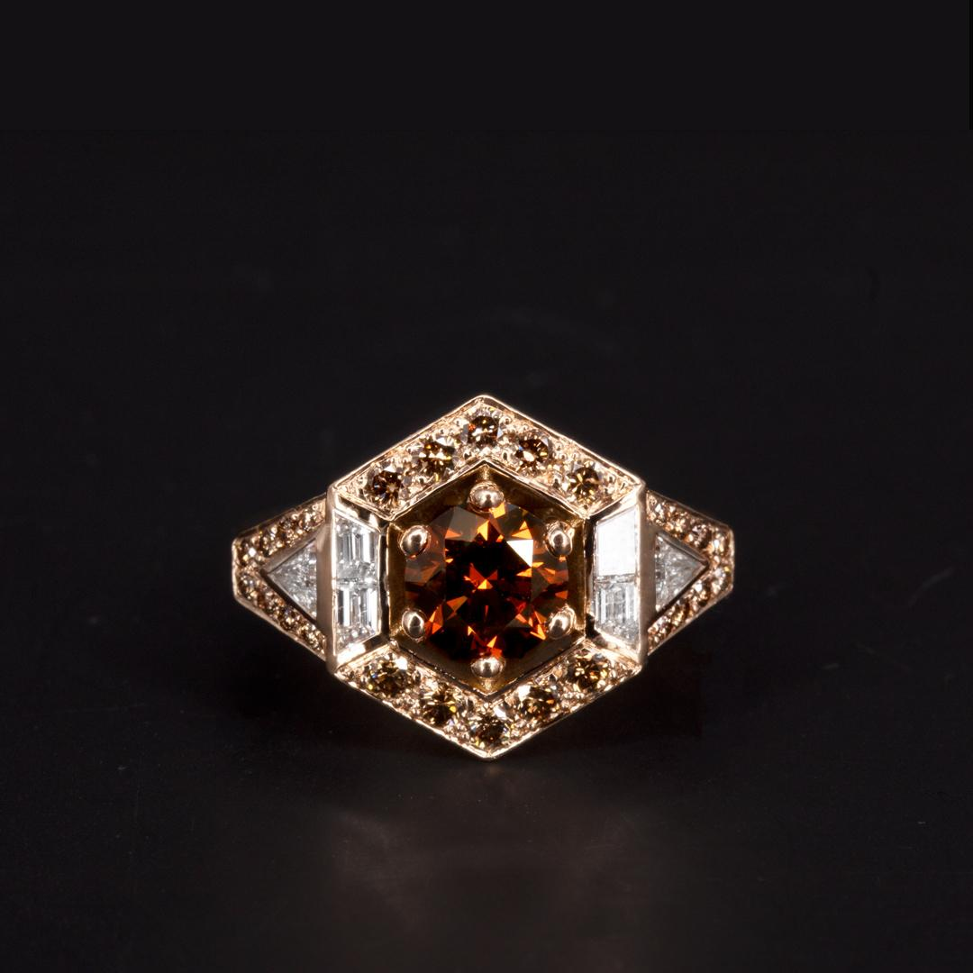 Bague Art-Deco en or rose 18K sertie d'un diamant orange taille brillant, de diamants cognacs et de diamants blancs taille tappers et triangle (Ref 500625)